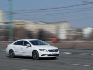 Автомобиль снят с проводкой на выдержке 1/50 секунды